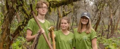 Adolescentes ayudan a cuidar niños y proteger el ambiente en Ecuador en nuestro voluntariado para jóvenes.